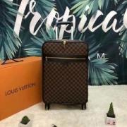 2019年春夏の流行アイテム  ルイ ヴィトン LOUIS VUITTON  スーツケース  コーデが地味見える